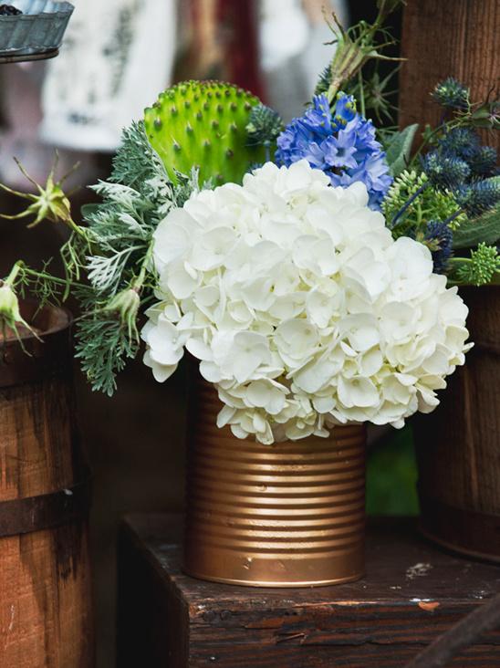 spray paint gold tin can for wedding arrangement