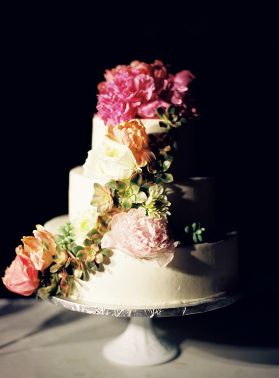 succulents and florals to decorate wedding cake