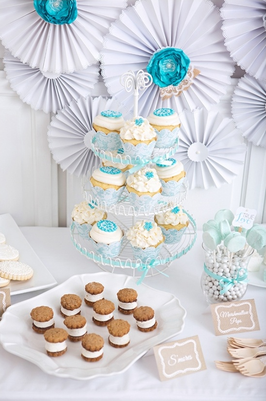 blue and white wedding cupcakes by Auntie Bea's Bakery