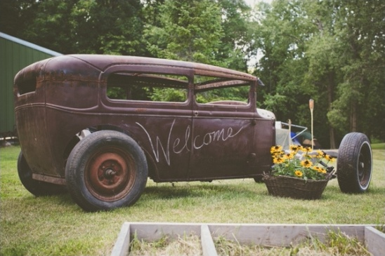 vintage car as wedding welcome sign