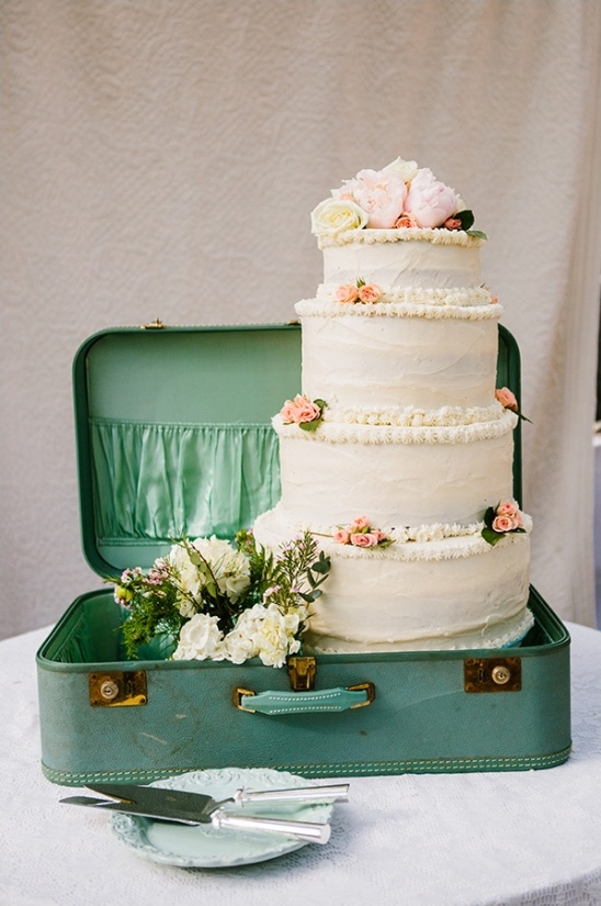 vintage suitcase wedding cake idea