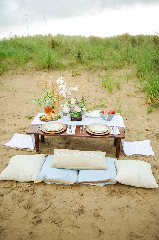 beach sweetheart table with throw pillows
