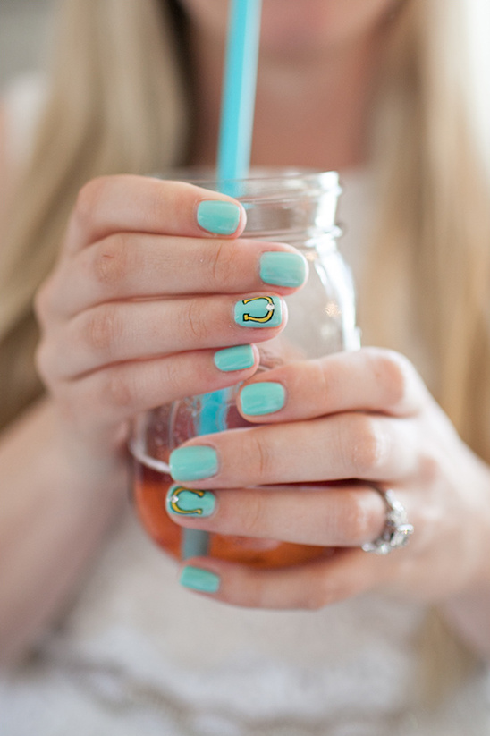mint fingernails with horseshoes