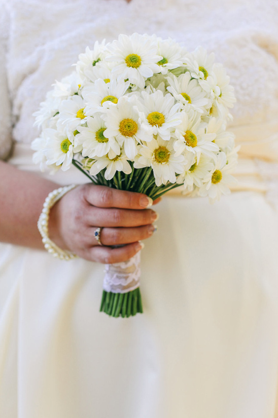 simple bouquet of white dasies