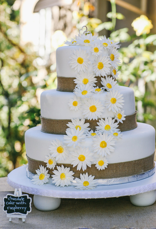 daisys and burlap wedding cake