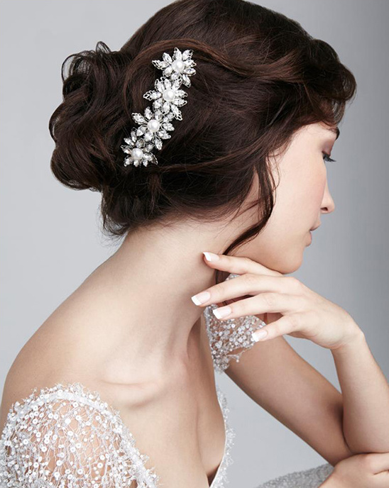 White and Bold Wedding Accessoires