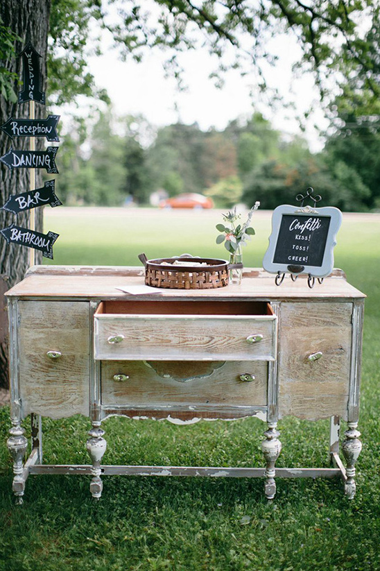 welcome table with confetti