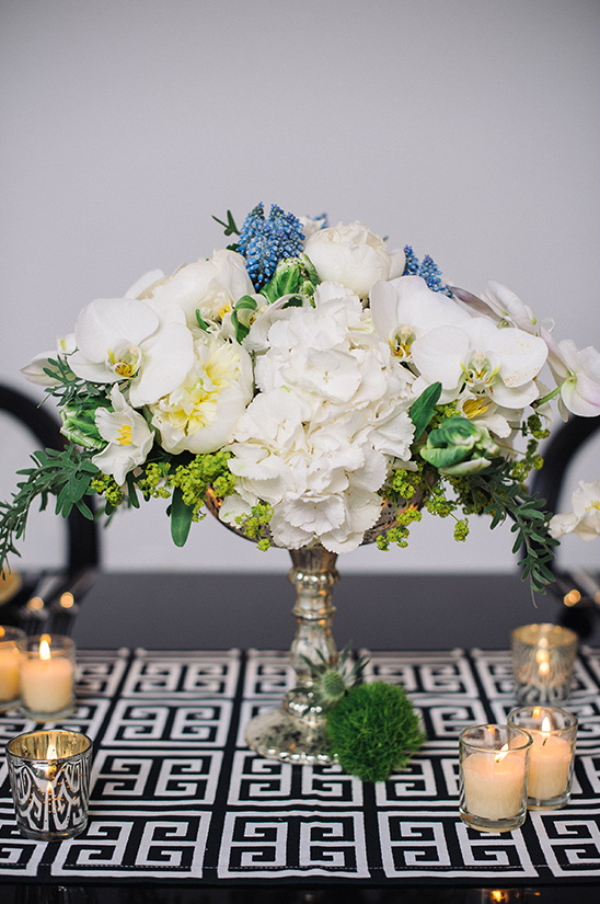 white flower centerpiece with blue accent