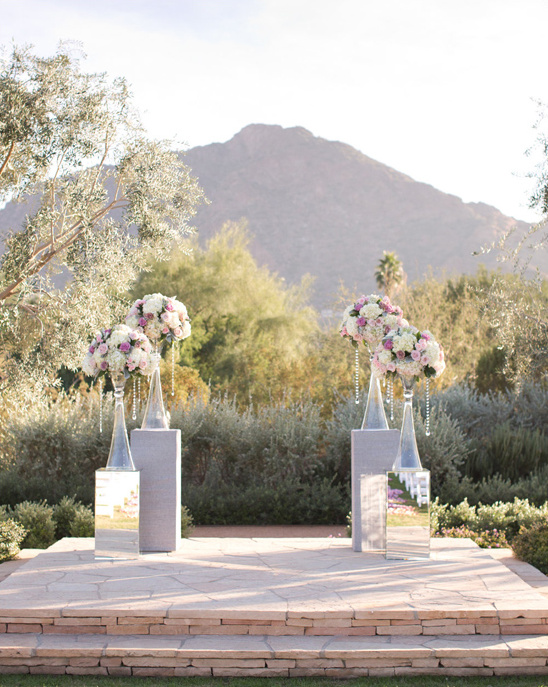 modern outdoor wedding ceremony @weddingchicks