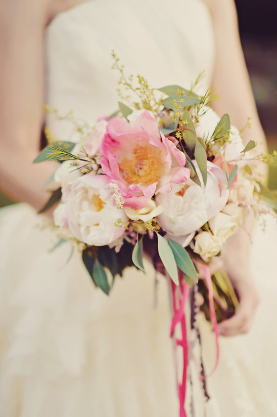 pink and white wedding bouquet @weddingchicks
