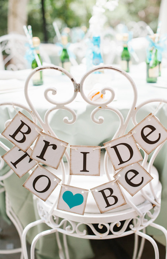 bride to be sign @weddingchicks