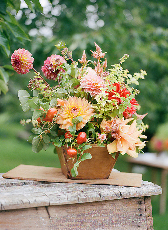 bright and colorful floral display @weddingchicks
