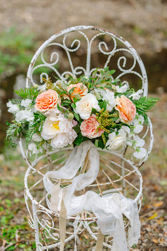 peach and white wedding bouquet @weddingchicks