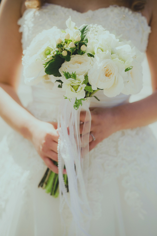 white bouquet by Butter and Bloom @weddingchicks