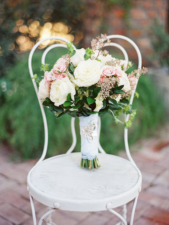 white and pink rose bouquet @weddingchicks