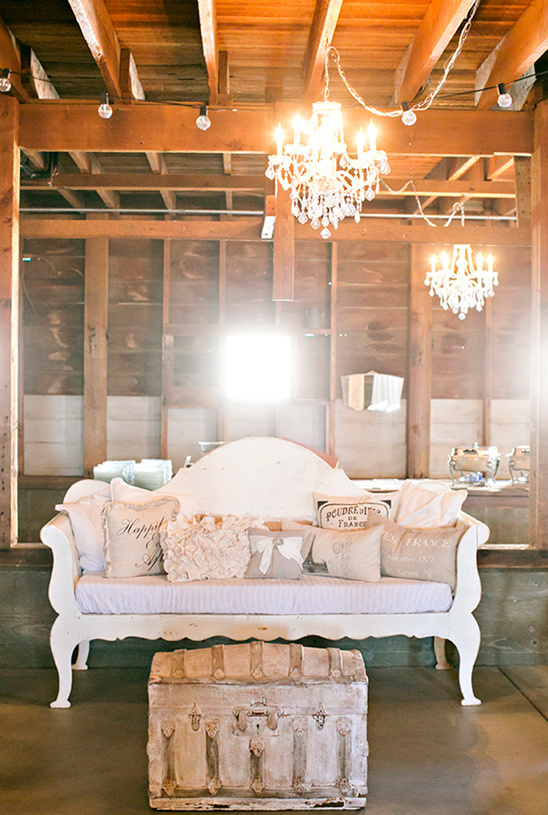 cozy seating area ideas for cocktail hour @weddingchicks