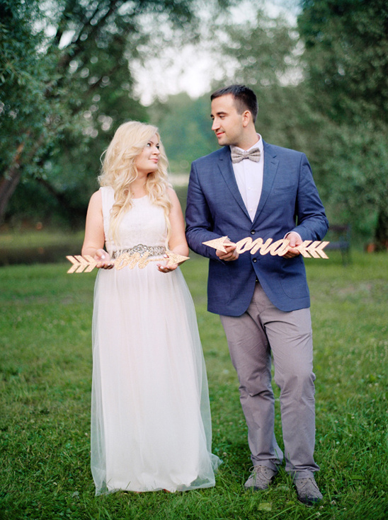 his and hers arrow signs @weddingchicks