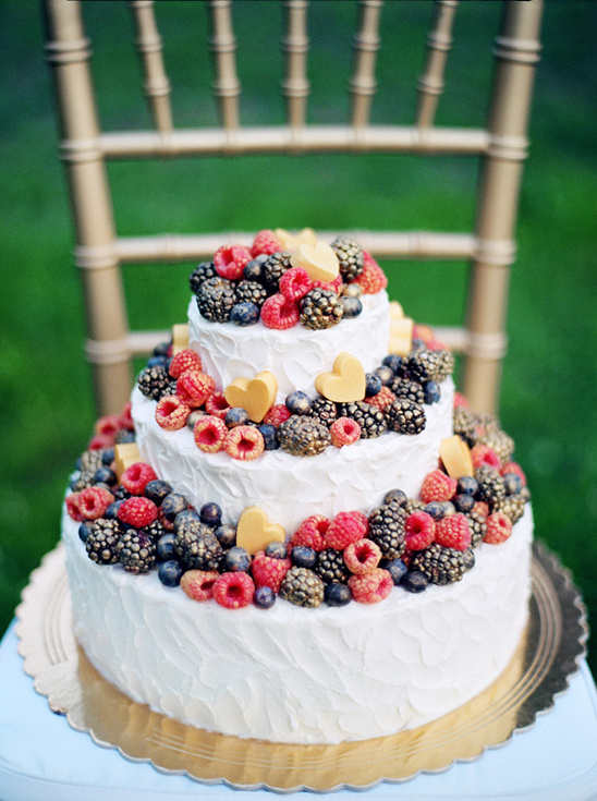 berry topped wedding cake @weddinghicks