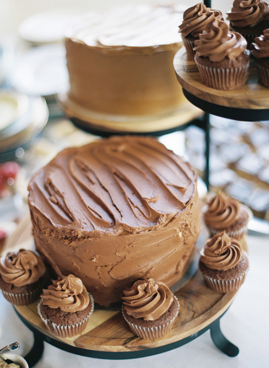chocolate frosted cake @weddingchicks