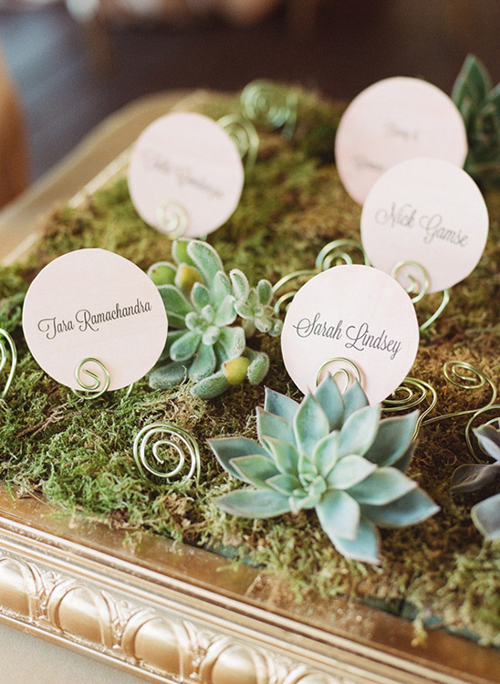 circle escort card idea @weddingchicks