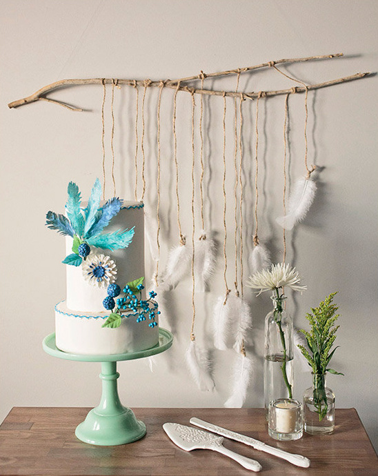 organic feather cake table backdrop @weddingchicks