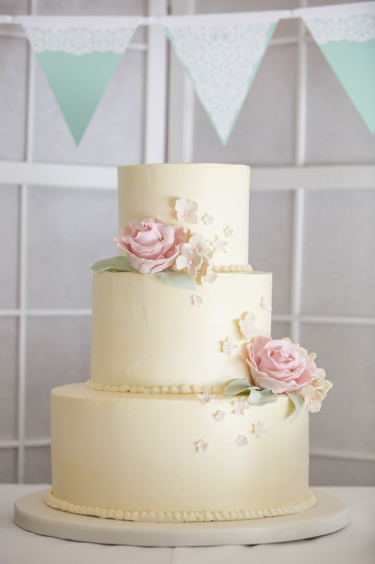 sweet and simple wedding cake @weddingchicks