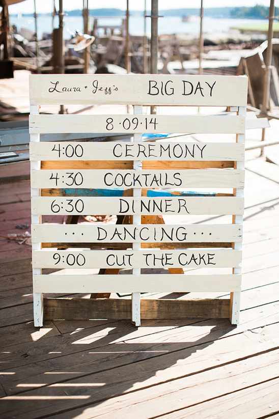 shipping pallet wedding sign @weddingchicks