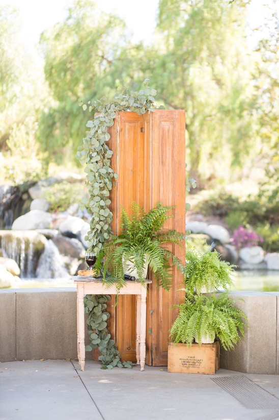 fern decorated wedding altar @weddingchicks