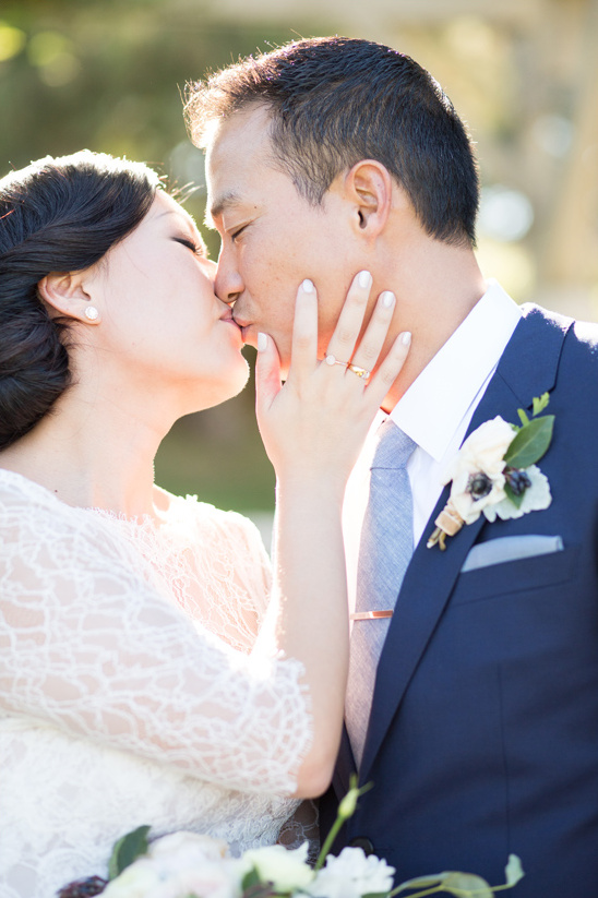 wedding kiss @weddingchicks