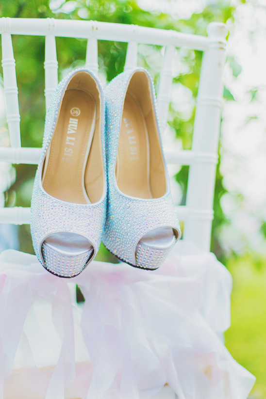 bedazzeled wedding shoes @weddingchicks