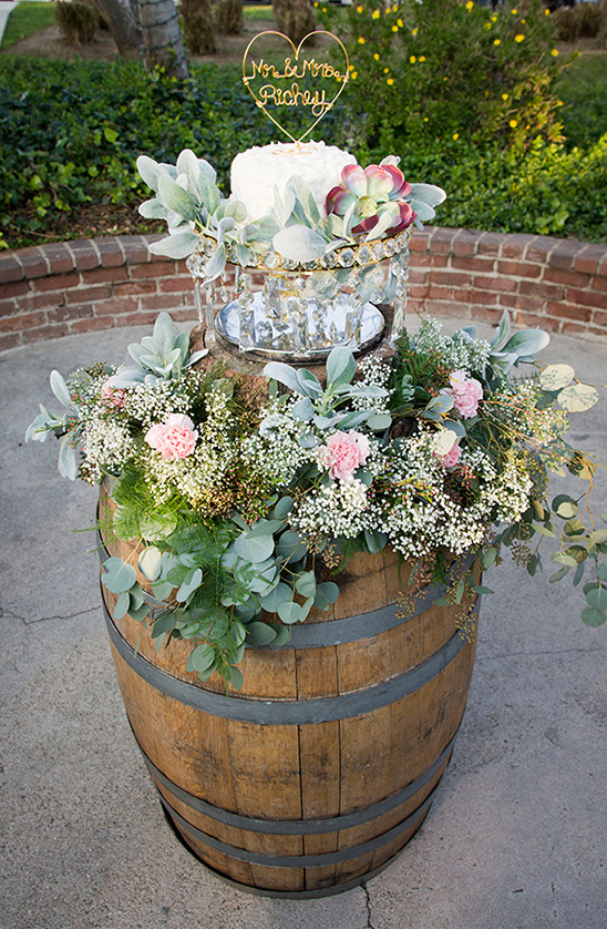 whiskey barrel table for wedding cake @weddingchicks