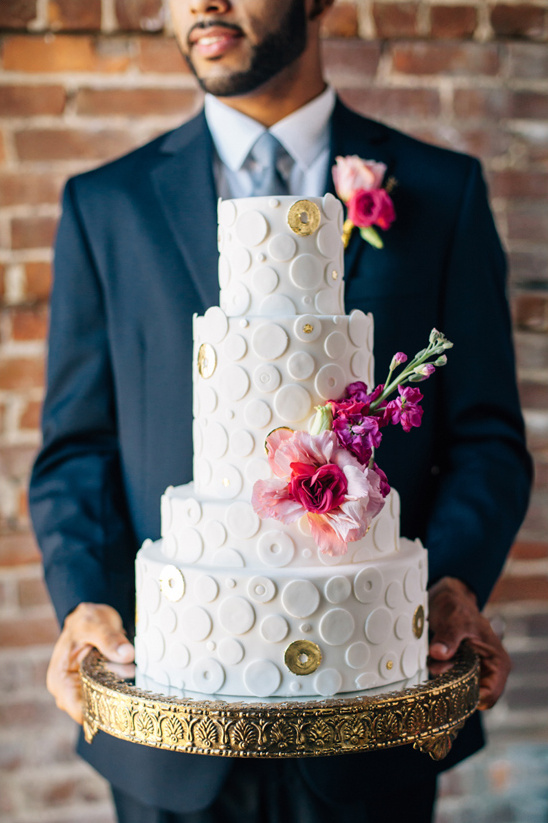 white and gold modern wedding cake @weddingchicks