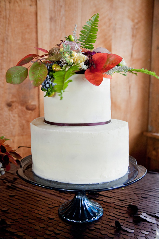 clean white cake topped with fall florals @weddingchicks