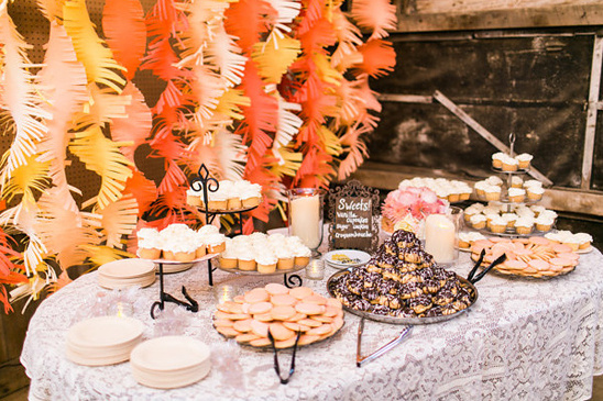 paper fringe dessert backdrop @weddingchicks