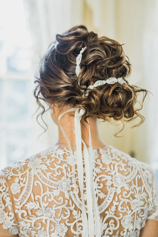 chic messy updo @weddingchicks