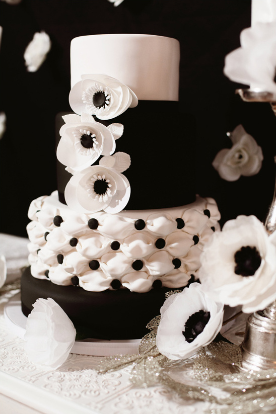 black and white cake @weddingchicks