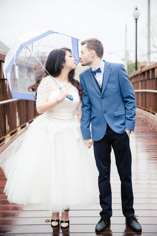 rainy day wedding photography by Simply Lace Photography @weddingchicks