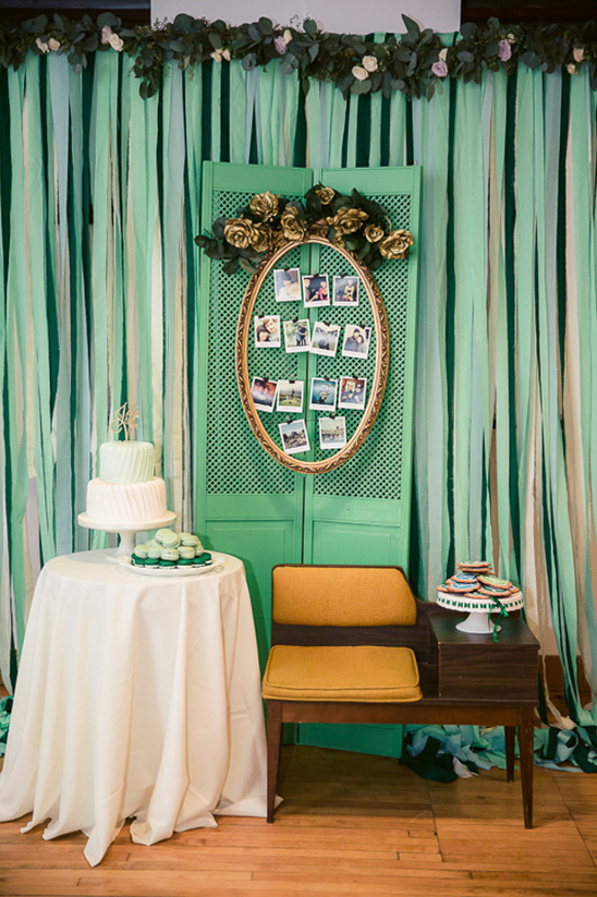 vintage streamer backdrop cake table @weddingchicks