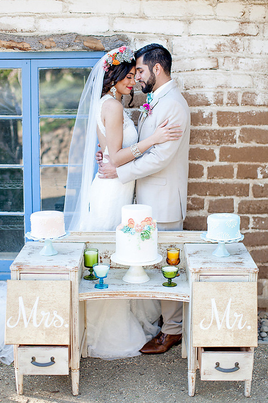 vintage dresser wedding cake table @weddingchicks