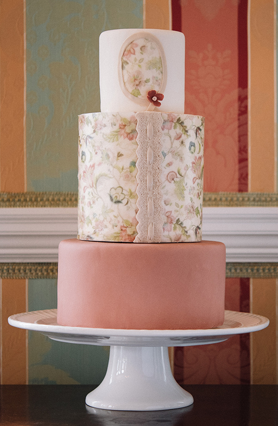vintage wedding cake @weddingchicks