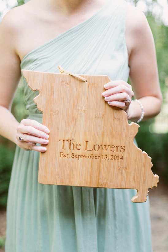 wooden Missouri wedding sign @weddingchicks