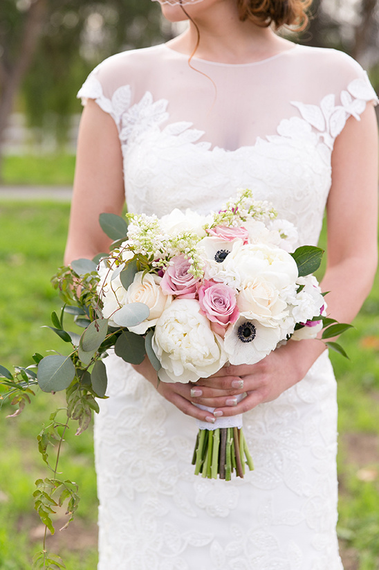 blush and white bouquet @weddingchicks