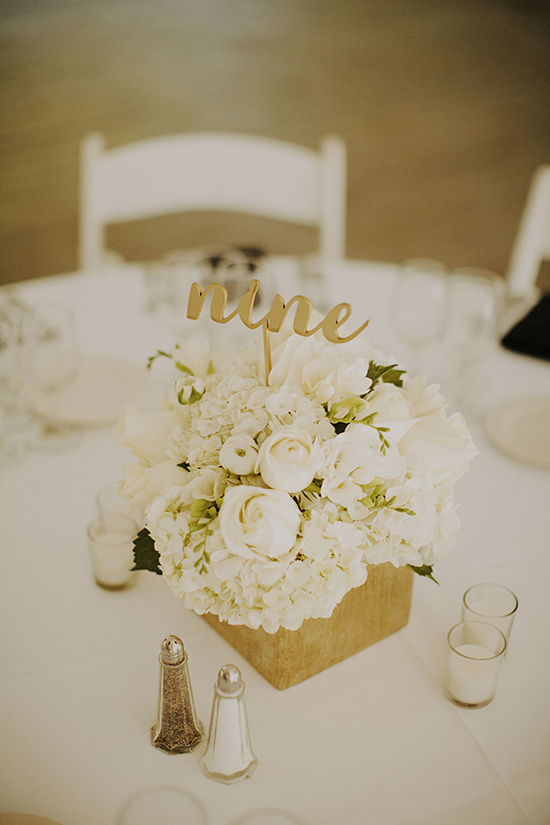 white and gold weddig centerpiece @weddingchicks