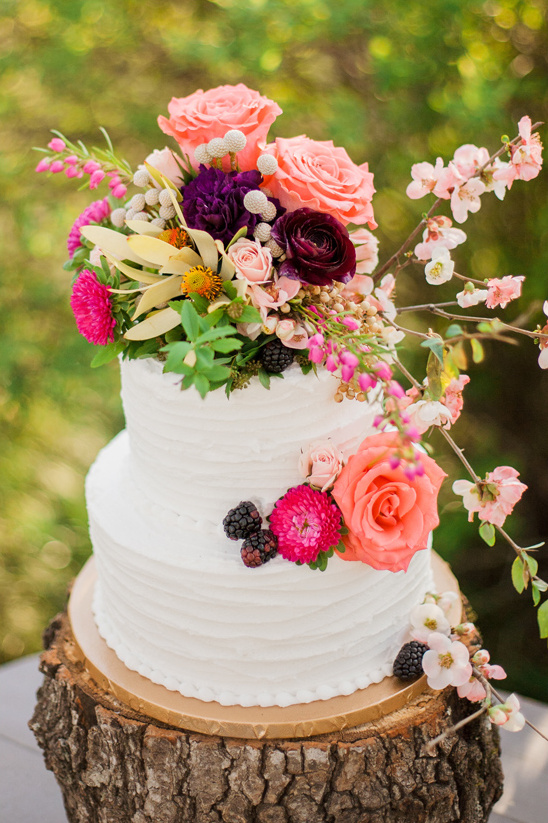 flower topped wedding cake @weddingchicks