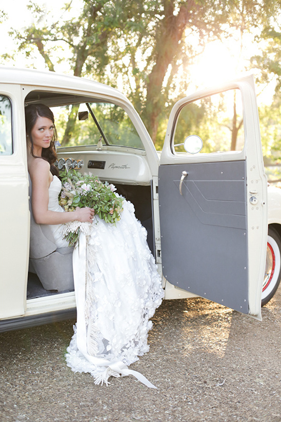 wedding photos idea in vintage car @weddingchicks