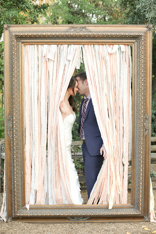large frame kiss idea @weddingchicks