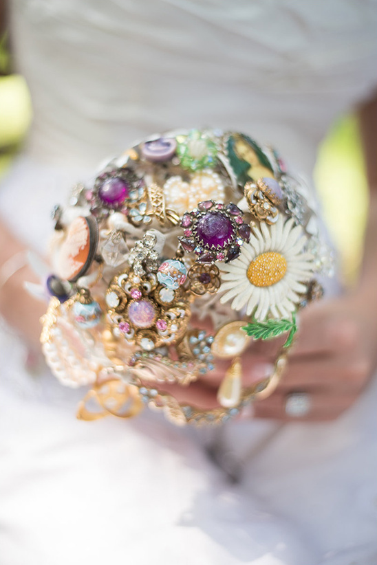 vintage brooch bouquet @weddingchicks