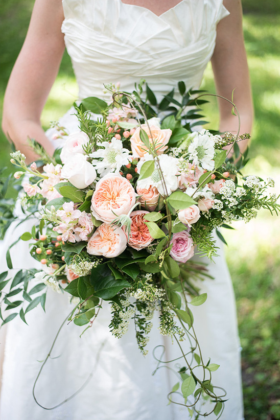 pretty peach and white bouquet @weddingchicks