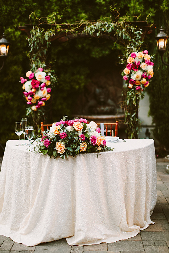 rose covered sweetheart table @weddingchicks