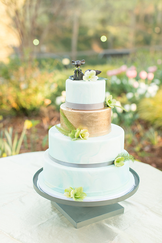mint and gold wedding cake @weddingchicks